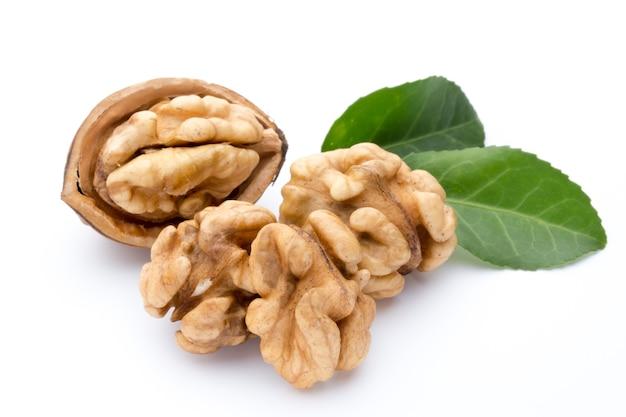 Ядро грецкого ореха и грецкого ореха, изолированные на белом фоне