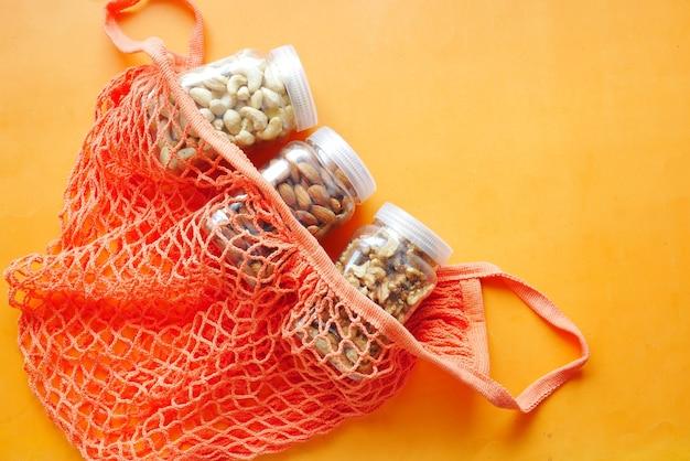 테이블에 있는 용기에 있는 호두 캐슈넛과 아몬드