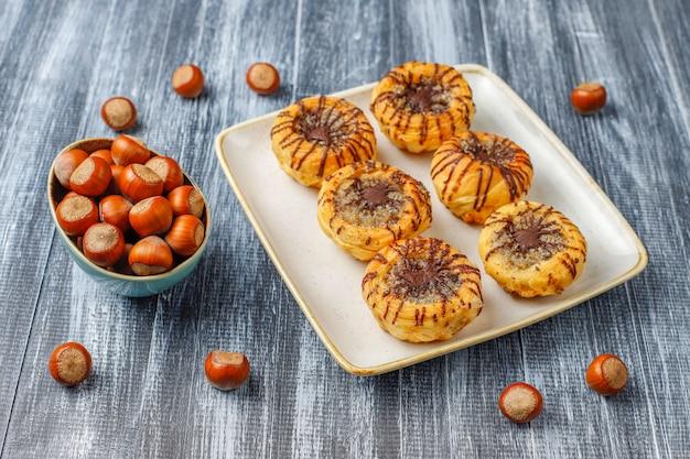 Biscotti al cioccolato e noci con noci intorno, vista dall'alto