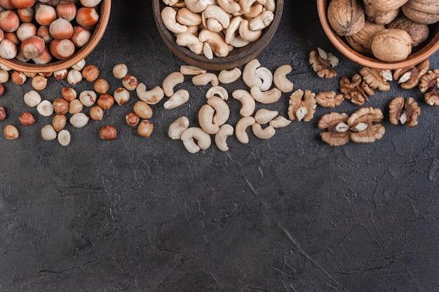 Грецкий орех, фундук и кешью в керамике, вид сверху