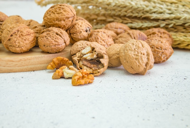 Ядра грецкого ореха и целые грецкие орехи на деревенском старом деревянном столе