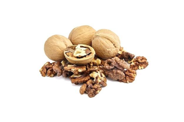 クルミの皮をむいた穀粒と殻から分離されたナッツ全体