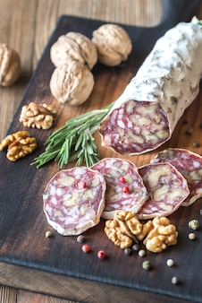 Салями грецкого ореха на деревянной доске