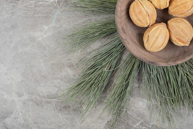 호두 모양의 나무 그릇에 쿠키. 고품질 사진