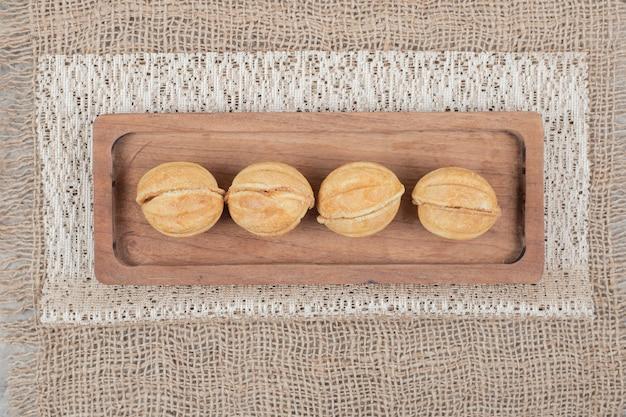 カラフルなテーブルクロスにくるみの形をしたクッキー。高品質の写真