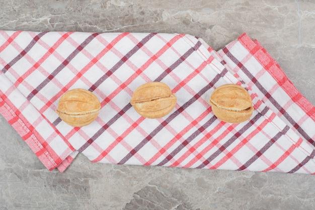 호두 모양의 화려한 식탁보에 쿠키. 고품질 사진