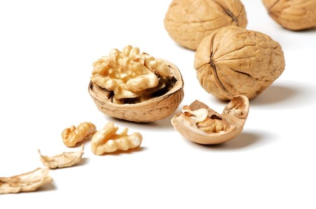Грецкие орехи и скорлупа на белом фоне орех - источник витаминов и полезных микроэлементов