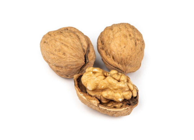 Грецкие орехи и отрезанный орех, изолированные на белом фоне.