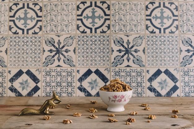 Грецкие орехи и золотистая белка