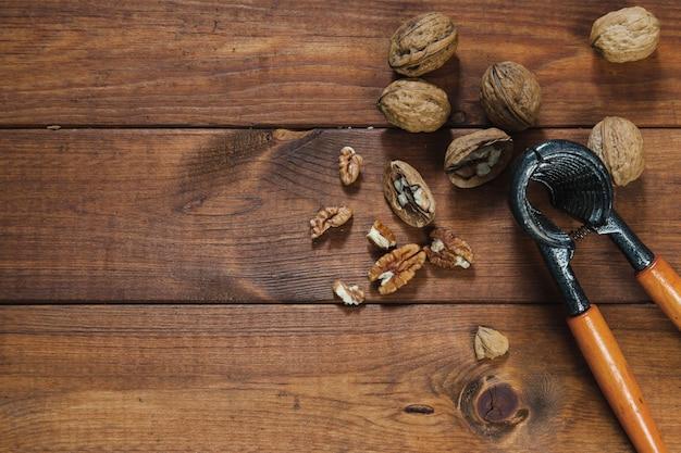Грецкие орехи и щипцы для орехов