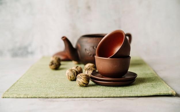 Грецкие орехи и куча чашек с размытым фоном