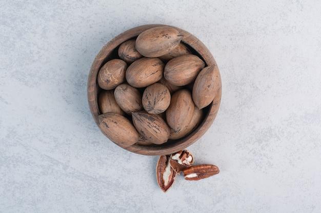 木製のボウルにクルミとクルミの穀粒