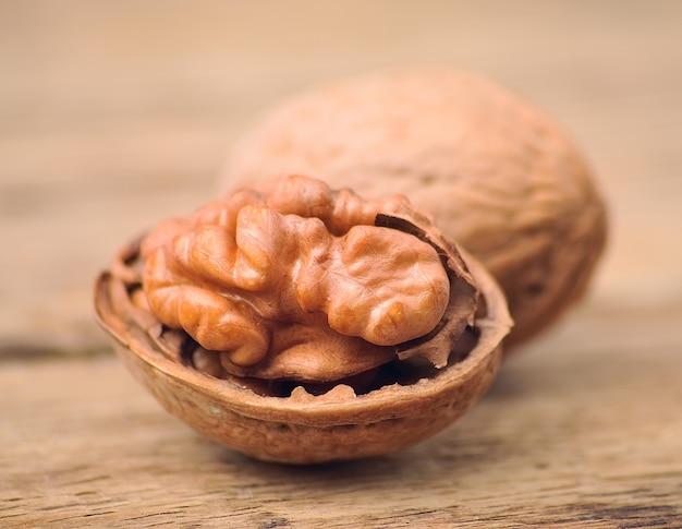 Грецкие орехи крупным планом на деревянных фоне.