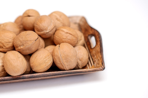 Грецкие орехи в деревянной миске.