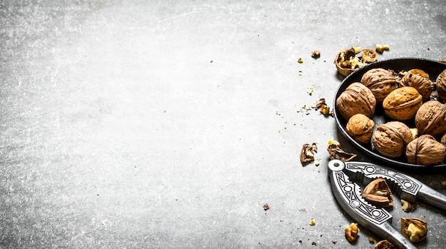 Грецкие орехи в миске с щелкунчиком.
