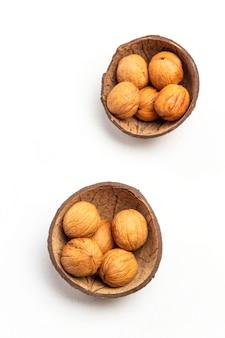 ココナッツの殻のクルミ。白色の背景。フラットレイ