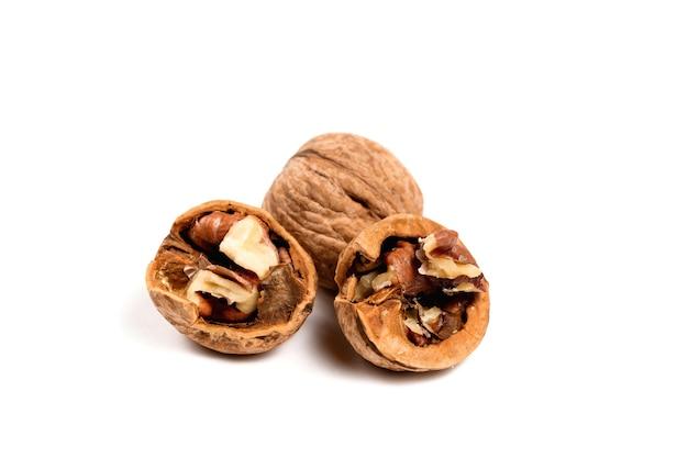Грецкие орехи в скорлупе, изолированные на белой поверхности.