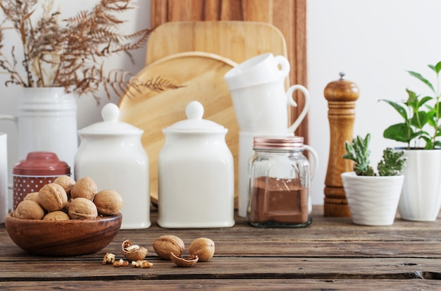 Грецкие орехи в деревянной тарелке на кухне