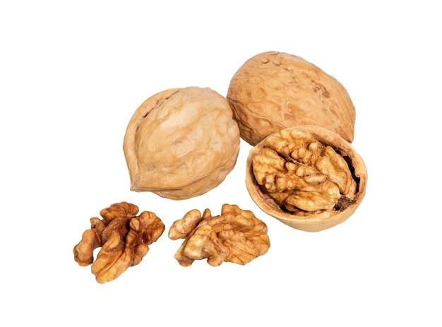 クルミは、白い表面に分離されました。ナッツのマクロ。一般的なクルミのナッツと種子。