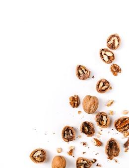 Грецкие орехи, изолированные на белом