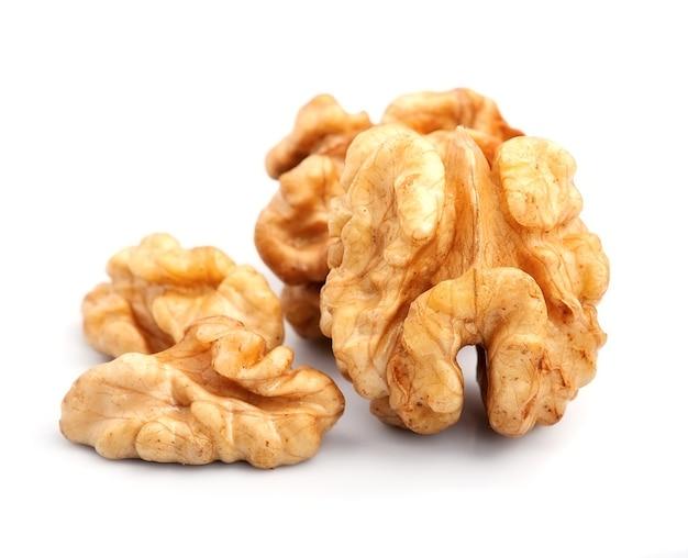 Грецкие орехи, изолированные на белом фоне