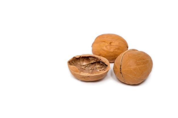 Грецкие орехи, изолированные на белом.