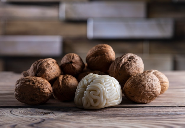 호두는 두뇌에 좋은 음식과 같습니다. 인간 두뇌의 모양은 호두 알갱이로 둘러싸여 있습니다. 호두와의 뇌 유사성과 뇌 건강식품으로서의 효능이 입증된 것을 상징합니다.