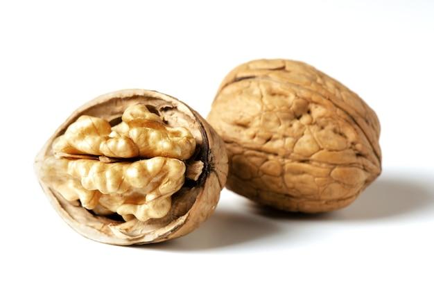 Грецкие орехи на белом фоне орех источник витаминов и полезных микроэлементов крупным планом