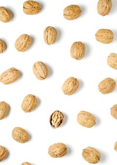 Грецкие орехи на белом фоне орех источник витаминов и полезных микроэлементов плоский вид сверху