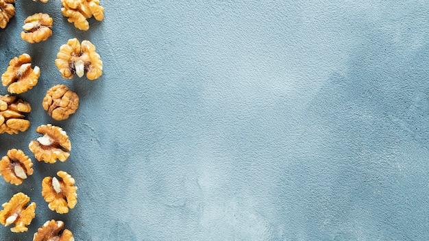 Грецкие орехи на цветном фоне с пространством для текста вид сверху