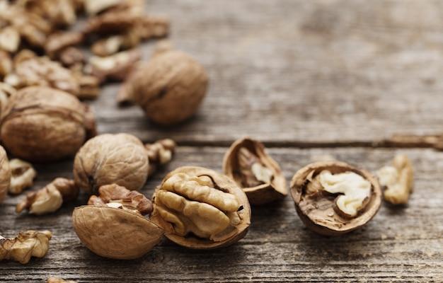 Грецкие орехи на старой деревянной поверхности