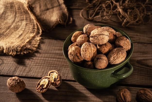 Грецкие орехи на столе в теплом утреннем свете