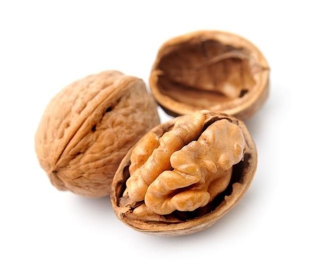 Грецкие орехи на белом фоне