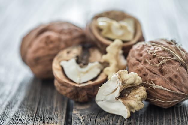 Грецкие орехи на деревянном столе