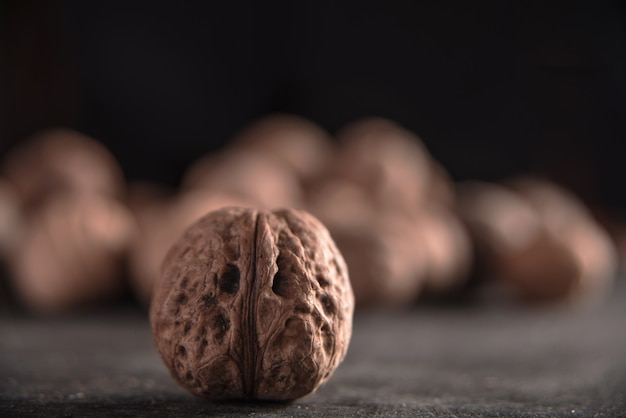 Грецкие орехи на темном фоне