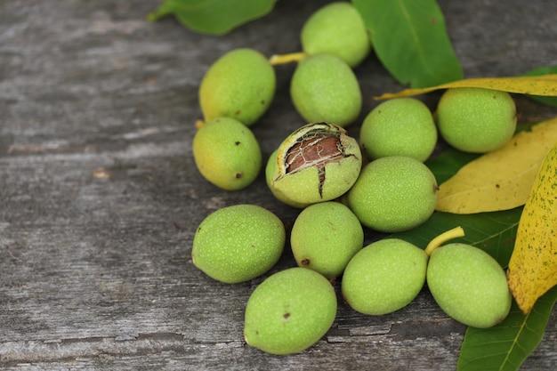 緑の殻で木から摘み取ったクルミ