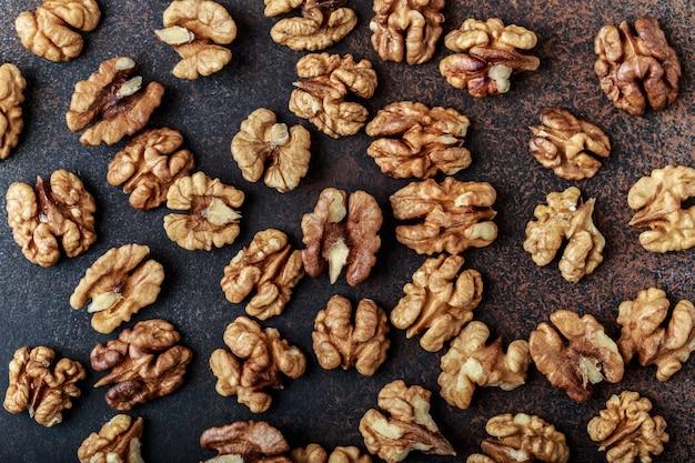 Грецкие орехи. ядра грецких орехов и целые грецкие орехи на деревенском столе.