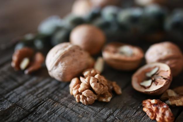 Грецкие орехи, целые и очищенные