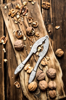 Грецкие орехи с щелкунчиком на доске