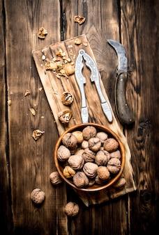 Грецкие орехи с щелкунчиком на доске.
