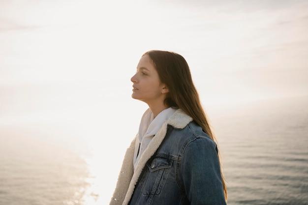 Concetto di voglia di viaggiare con la giovane donna che gode della natura