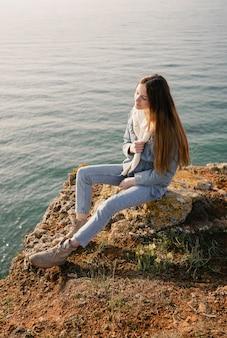 Concetto di voglia di viaggiare con la giovane donna che gode della pace intorno a lei