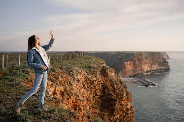 彼女の周りの自然を楽しむ若い女性との放浪癖の概念