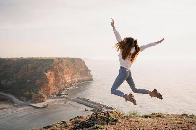自然を楽しむ若い女性との放浪癖の概念