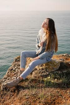 彼女の周りの平和を楽しんでいる若い女性との放浪癖の概念