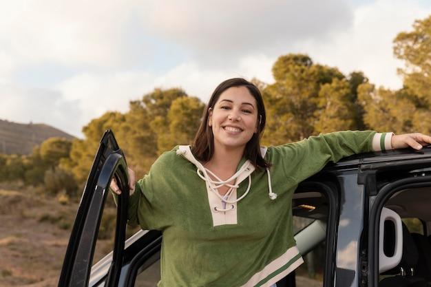 女性旅行者とワンダーラスト自然の概念