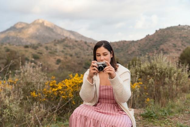 아름다운 여성 여행자와 함께 방황 자연