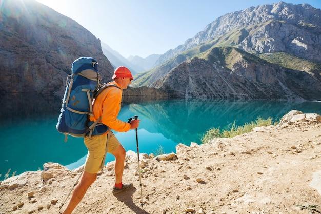 放浪癖の時間。タジキスタン、パミールの美しいファン山地でハイキングする男。中央アジア。