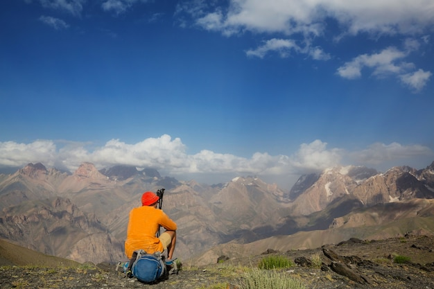 방황 시간. 타지키스탄 파미르의 아름다운 fann 산에서 하이킹하는 남자. 중앙 아시아.