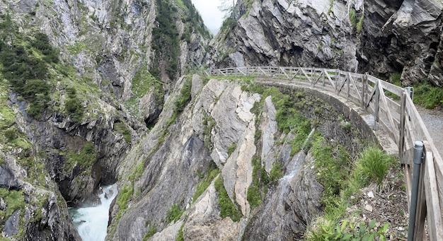Тропа в скалах у дикой реки